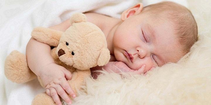baby sleeping with teddy bear - خواب موردنیاز نوزاد، در هر ماه